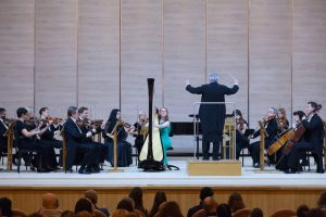 Evelien Vaneysendeyk performs with the Kharkiv Philharmonic, conducted by Yuri Yanko